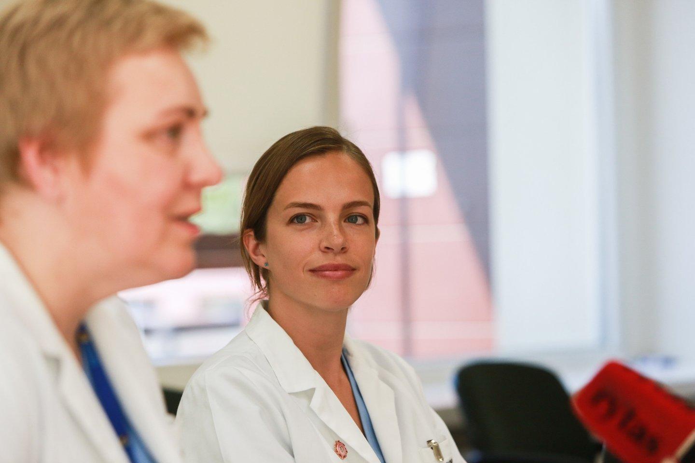 Kauno klinikų Reprodukcinės medicinos centro vadovė doc. Eglė Drejerienė irembriologė dr. Agnė Kozlovskaja-Gumbrienė.<br>G.Bitvinsko nuotr.