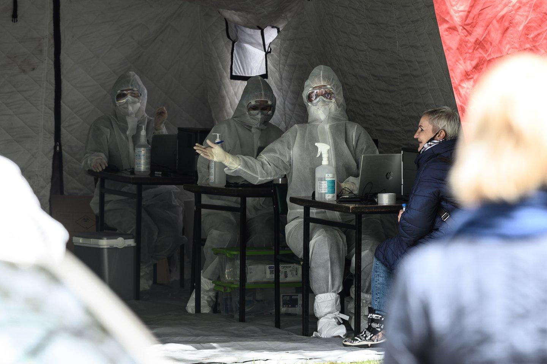 Nors visuomenės apklausos rodo, kad daugiau nei pusė šalies gyventojų yra patenkinti tuo, kaip Vyriausybė sprendė koronaviruso sukeltą krizę, panašu, jog pandemijos pradžioje valdžios kabinetuose buvo svarstomi ir patys juodžiausi scenarijai.<br>V.Skaraičio nuotr.