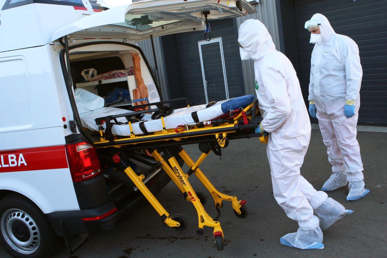 Nors visuomenės apklausos rodo, kad daugiau nei pusė šalies gyventojų yra patenkinti tuo, kaip Vyriausybė sprendė koronaviruso sukeltą krizę, panašu, jog pandemijos pradžioje valdžios kabinetuose buvo svarstomi ir patys juodžiausi scenarijai.<br>M.Patašiaus nuotr.