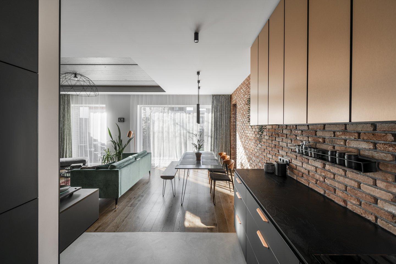 Architektei R. Tutkutei – Mikalauskienei patinka įvairios medžiagos: plytos, metalas, stiklas, šviesus ir tamsus medis – svarbu, kad jos derėtų tarpusavyje.<br>L.Garbačausko nuotr.