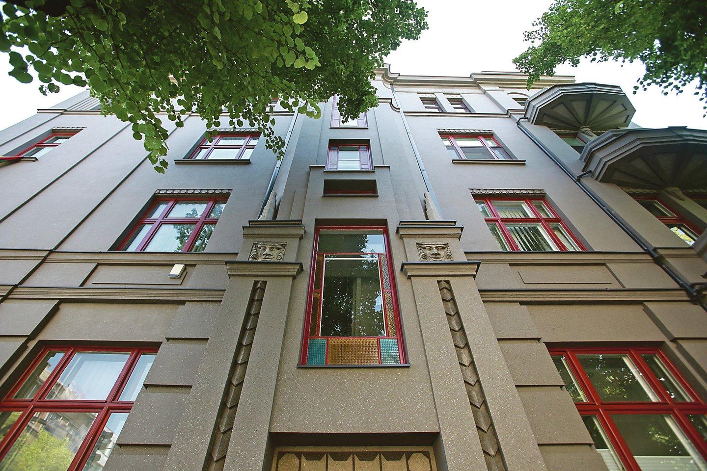 Gedimino gatvėje esančio 48-ojo daugiabučio gyventojai iš pradžių atnaujino įspūdingą namo fasadą, o paskui ir laiptinės langus.<br>G.Bitvinsko nuotr.
