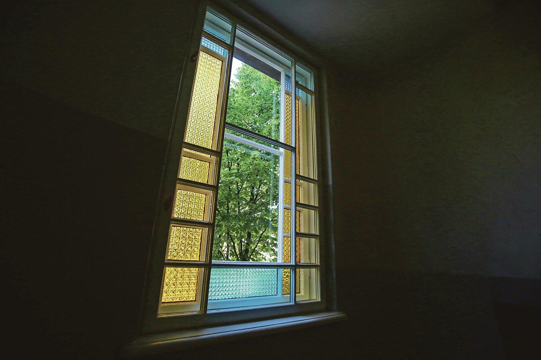 Tarpukariu laiptinės langams buvo panaudoti geltoni, mėlyni ir skaidrūs stiklai. Kai kurie jų dabar pakeisti, bet atrodo ne prasčiau.<br>G.Bitvinsko nuotr.