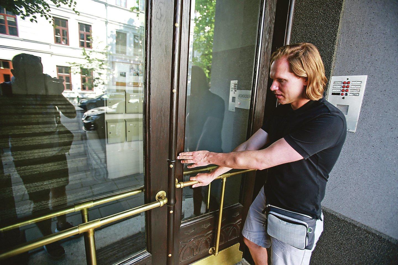 P.Gaidamavičius pasakojo, kad durims buvo išlieti specialūs stiklai bei atnaujintos varinės detalės.<br>G.Bitvinsko nuotr.