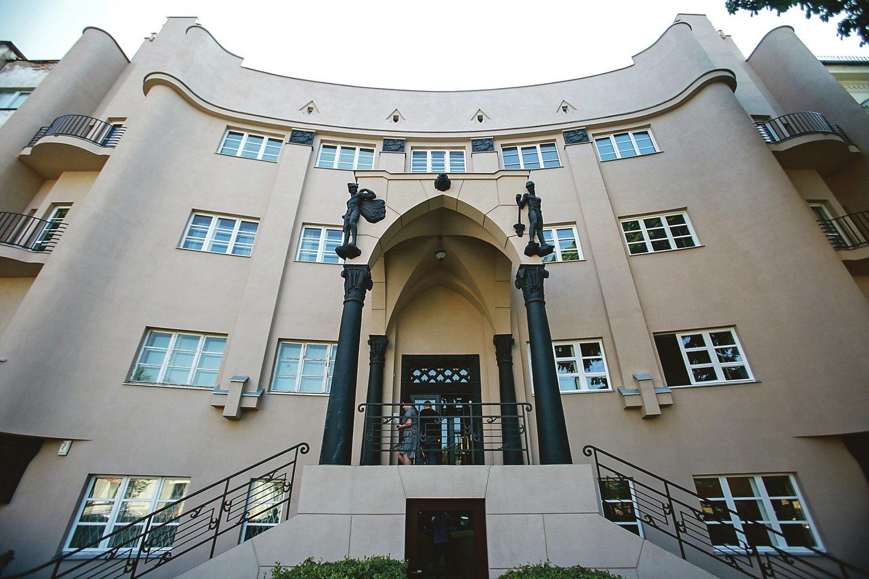 Vytauto prospekto 58-asis namas yra bene vienintelis Amsterdamo mokyklos architektūrinio stiliaus, vyravusio 1910 - 1930 metais, pavyzdys Lietuvoje.<br>G.Bitvinsko nuotr.