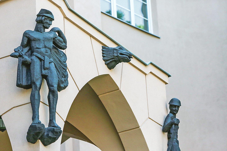 Skulptūros yra puošmena, o tarp jų esančiomis detalėmis nuteka lietaus vanduo.<br>G.Bitvinsko nuotr.