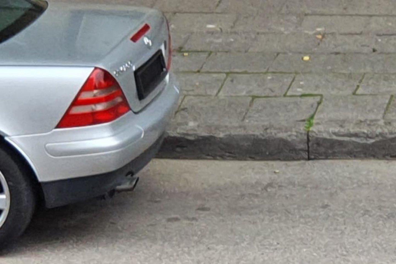 """Akyla vilnietė, pirmadienį pastebėjusi, kaip A.Jakšto gatvėje iš sidabrinio automobilio """"Mercedes-Benz"""" išlipęs vairuotojas slepia valstybinius numerius, paskambino policijai.<br>Lrytas.lt skaitytojos nuotr."""
