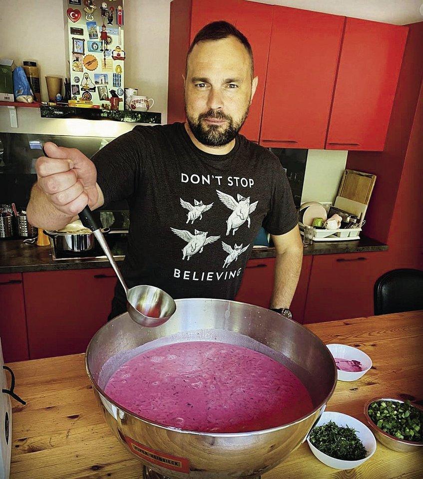 Renginių organizatorius Jogaila Morkūnas nusifotografavo su pagrindiniu vasaros patiekalu – šaltibarščiais.<br>Asmeninio albumo nuotr.