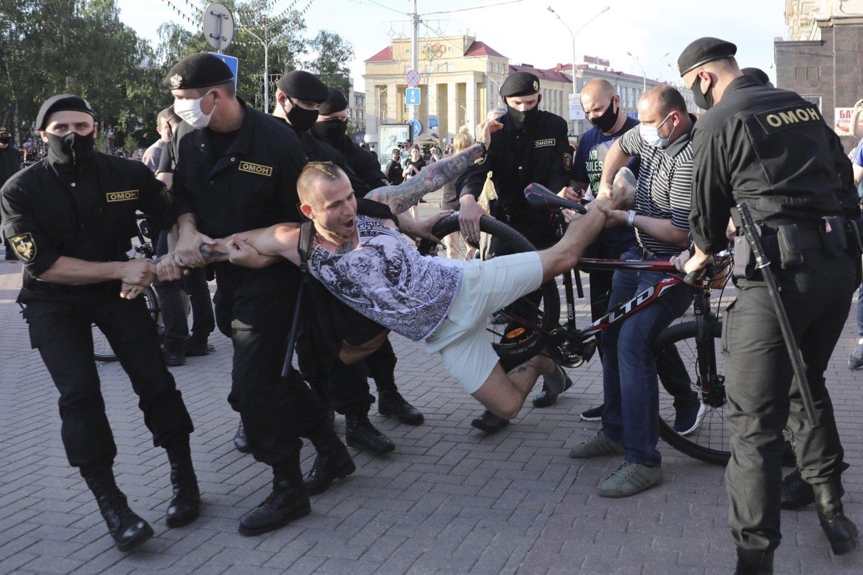 Protestas prieš A.Lukašenką vis labiau gresia virsti tikra revoliucija, kurią savo ruožtu režimui beliks paskandinti kraujyje. Ir galbūt pačiam kartu nuskęsti.<br>AP/Scanpix nuotr.