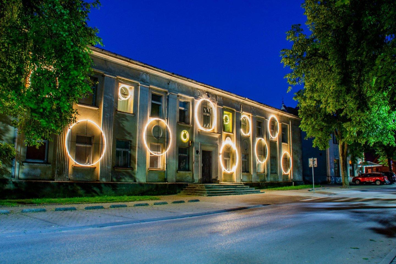 Buvęs seniūnijos pastatastraukia akį šviesų instaliacijomis.<br>Organizatorių nuotr.