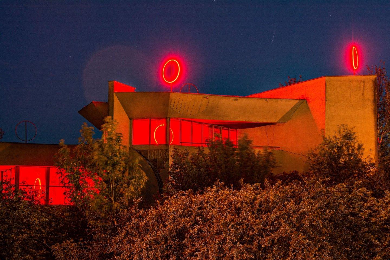 """Buvęs restoranas """"Nendrė""""""""Nendrė"""" įsižiebė raudona spalva ir tapo savotišku švyturiu tarp Galvės ir Totoriškių ežerų.<br>Organizatorių nuotr."""