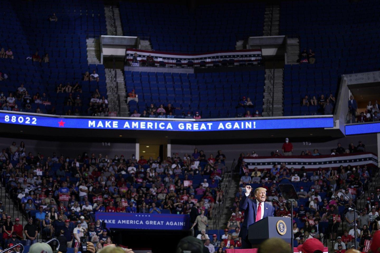 """Prie pirmojo D.Trumpo renginio Talsoje nesėkmės prisidėjo """"TikTok"""" besinaudojantys paaugliai.<br>AP/Scanpix nuotr."""