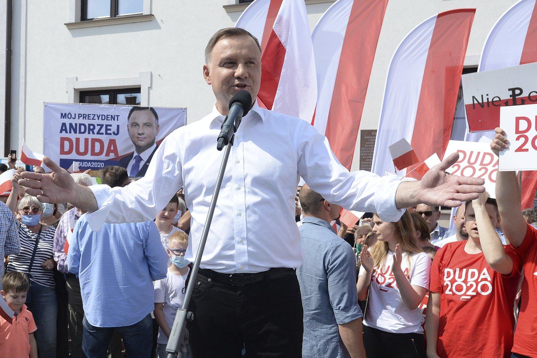 Lenkijos prezidento rinkimai žada anksčiau neprognozuotą intrigą – jau nėra aišku, ar antrajai kadencijai bus perrinktas dabartinis šios šalies vadovas valdančiosios Teisės ir teisingumo partijos kandidatas A.Duda (kairėje).<br>AP/Scanpix nuotr.