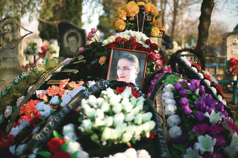 "A.Ješčenko motina nupirko vestuvinę suknelę. Joje palaidojo dukters likučius.<br>TASS/""Scanpix"" nuotr."