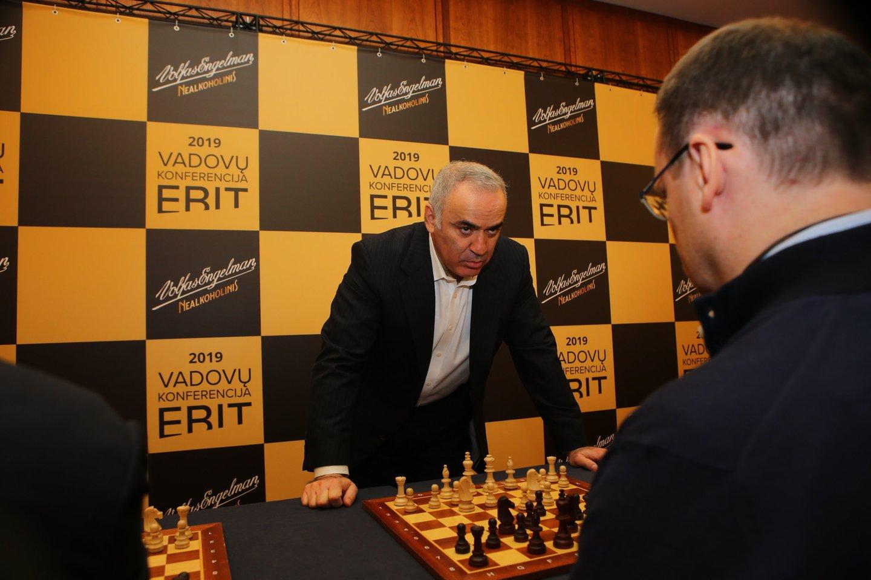 Garis Kasparovas žaidė simultaną su septyniais lietuviais.<br>Organizatorių nuotr.