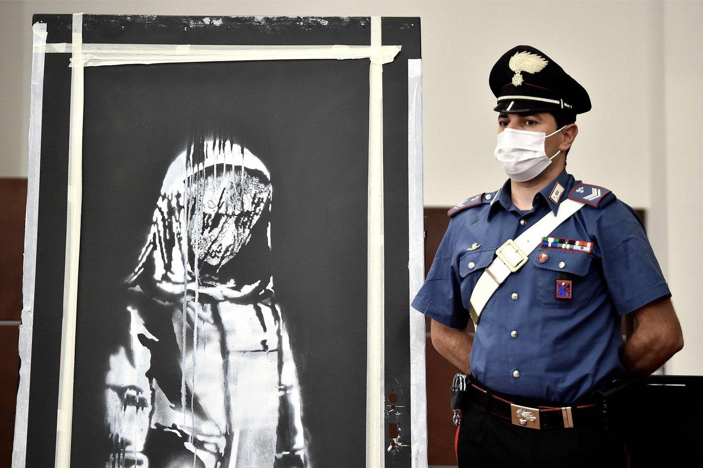 """Prancūzijoje šeši asmenys buvo suimti dėl gatvės menininko Banksy kūrinio, skirto pagerbti 2015 metų lapkritį Paryžiuje įvykdytų teroro atakų aukoms, vagystės iš Paryžiaus koncertų rūmų """"Bataclan"""".<br>Scanpix (AFP) nuotr."""