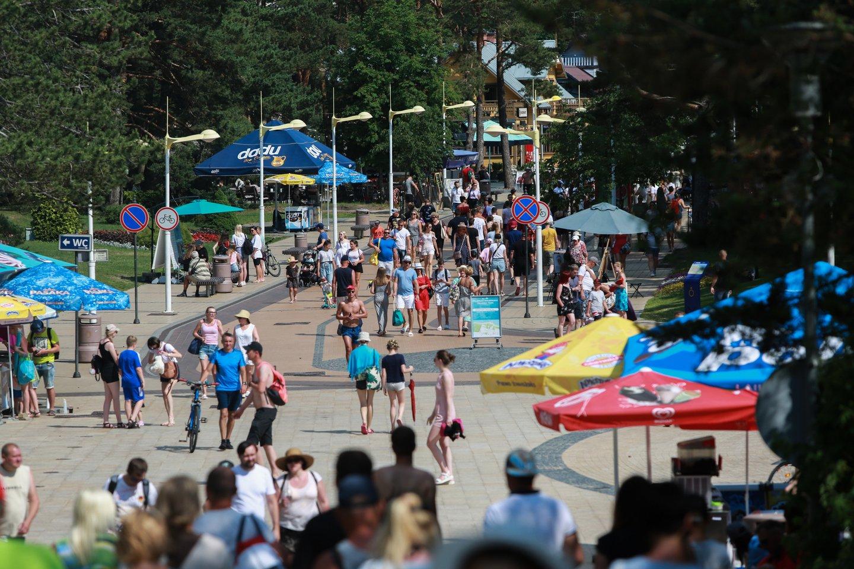Karšta saulė ir gaivi jūra savaitgalį į pajūrį atviliojo tūkstančius poilsiautojų.<br>G.Bitvinsko nuotr.