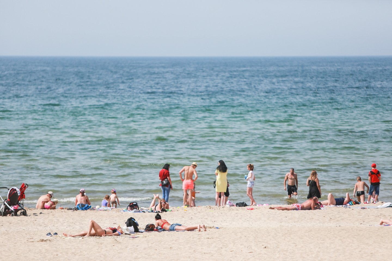 Smiltynės paplūdimiuose dar negalima maudytis.<br>G.Bitvinsko nuotr.