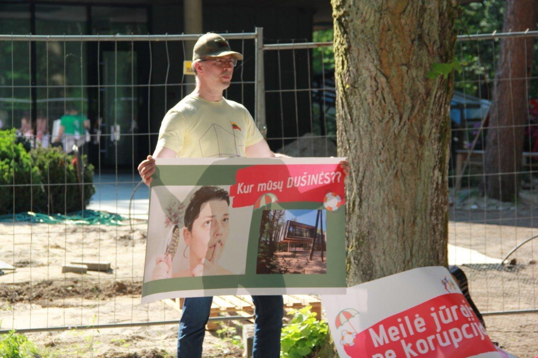 Po to, kai birželio viduryje prie skandalingųjų dušinių buvo surengta teatralizuota protesto akcija, savo poziciją pateikė ir Palangos meras.<br>E.Kazlaučiūnaitės nuotr.