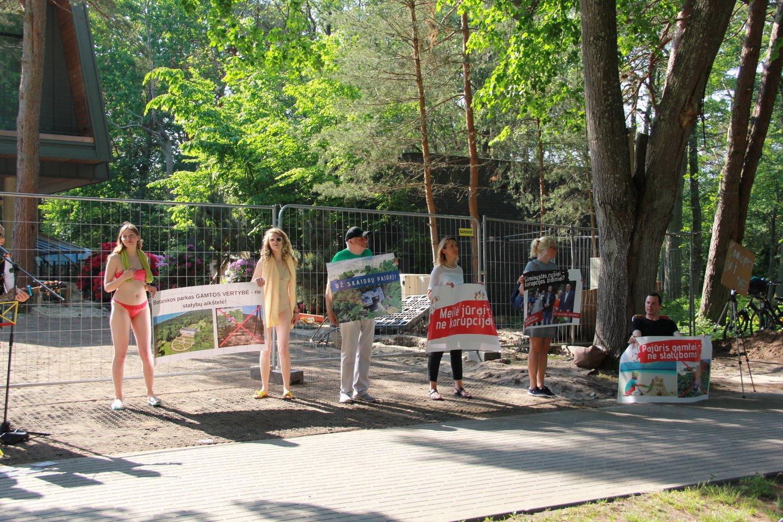 Po to, kai birželio viduryje prie skandalingųjų dušinių buvo surengta teatralizuota protesto akcija, savo poziciją pateikė ir Palangos meras.<br>A.Ziabkaus nuotr.