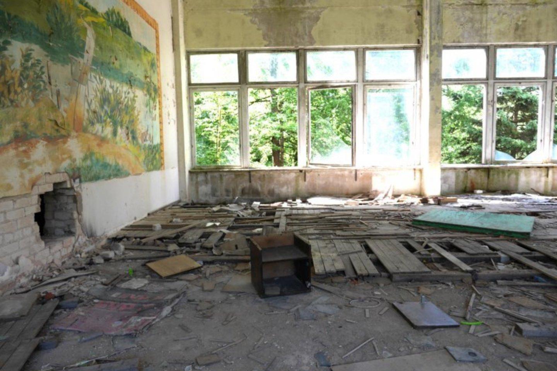 Grindys išlaužytos, stiklai išdaužyti, sienos nulupinėtos – neliko sveiko nė lopinėlio.<br>A.Švelnos nuotr.