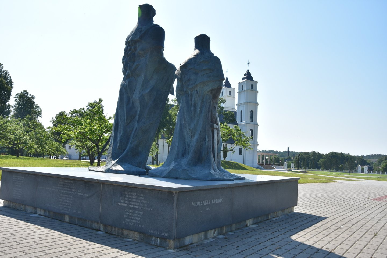 Paminklas karaliui Mindaugui ir karalienei Mortai Alguonoje, Latvijoje.<br>A.Srėbalienės nuotr.