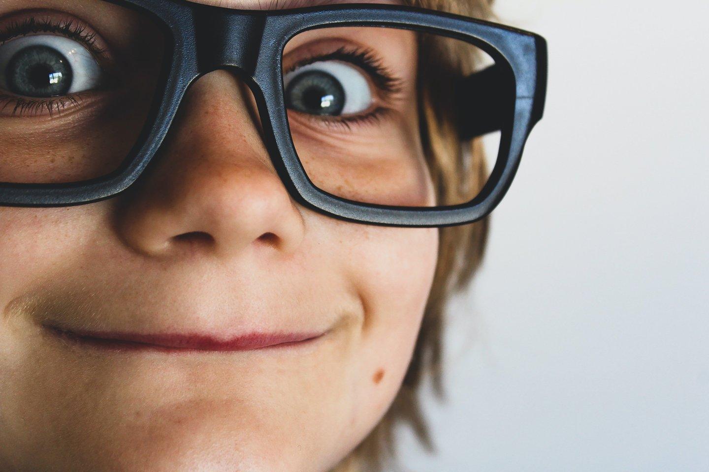 Vaikai atlikdami eksperimentus gali sužinoti daugybę fizikos ir chemijos principų.<br>Unsplash.com nuotr.