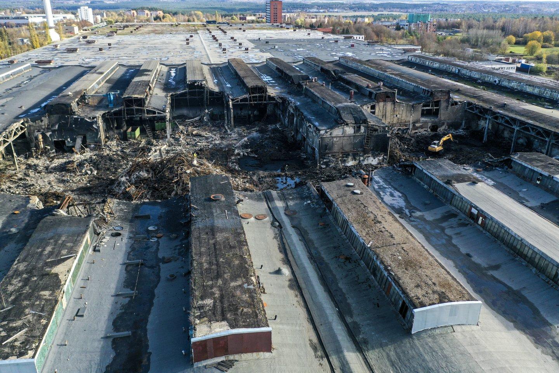 """Tiriama,kokią įtaką žmonių sveikatai galėjo padaryti pernai Alytaus padangų perdirbimo įmonėje """"Ekologistika"""" įvykęs gaisras.<br>V.Ščiavinsko nuotr."""