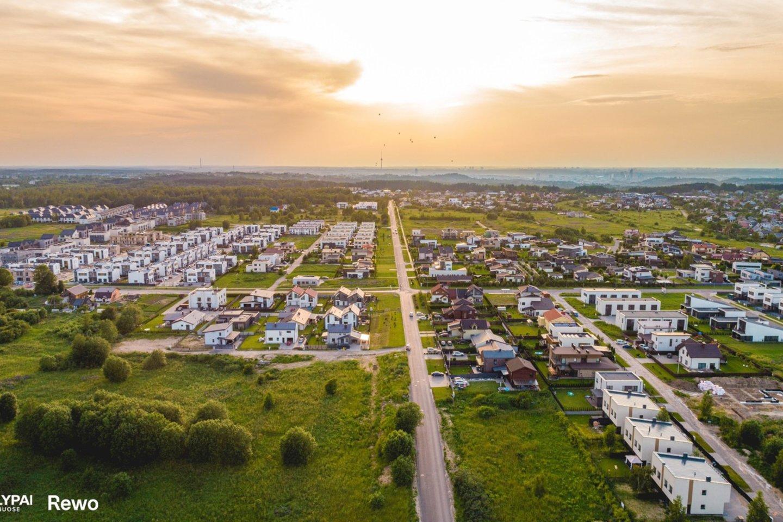 """Viena iš bendrovės iniciatyvų, kuri buvo įgyvendinta projekto """"Sklypai Kalnėnuose"""" teritorijoje – 300 metrų ilgio Lietuvos trispalvė.<br>REWO nuotr."""