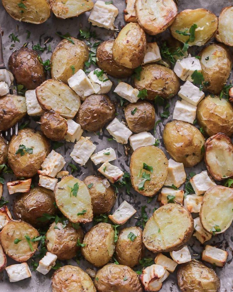 """Orkaitėje keptos šviežios bulvės su feta.<br>Nuotr. iš """"Skanauk su Aušra""""."""