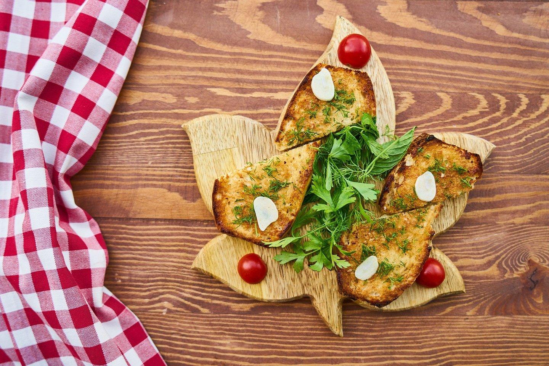 """Galima rinktis tokius duonos kepimo būdus, kurie ne tik padės sumažinti aliejaus kiekį, bet ir atskleis tikrąjį keptos duonos skonį.<br>""""Pixabay"""" nuotr."""