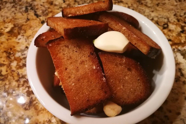 """Galima rinktis tokius duonos kepimo būdus, kurie ne tik padės sumažinti aliejaus kiekį, bet ir atskleis tikrąjį keptos duonos skonį.<br>Nuotr. iš """"Riebus katinas""""."""