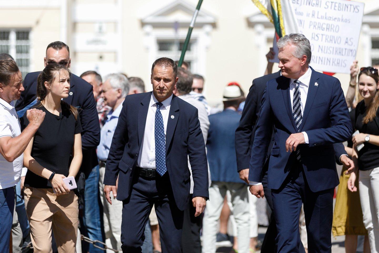 Bene garsiausiai tokius įtarimus skleidžia konservatoriai, o ketvirtadienįsu savo patriarchu V.Landsbergiu jie surengė akciją po Prezidentūros langais.<br>T.Bauro nuotr.