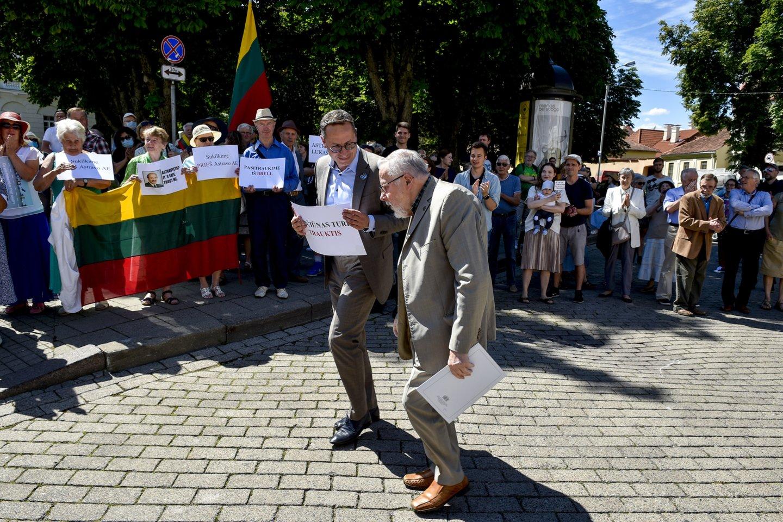 Bene garsiausiai tokius įtarimus skleidžia konservatoriai, o ketvirtadienįsu savo patriarchu V.Landsbergiu jie surengė akciją po Prezidentūros langais.<br>V.Ščiavinsko nuotr.