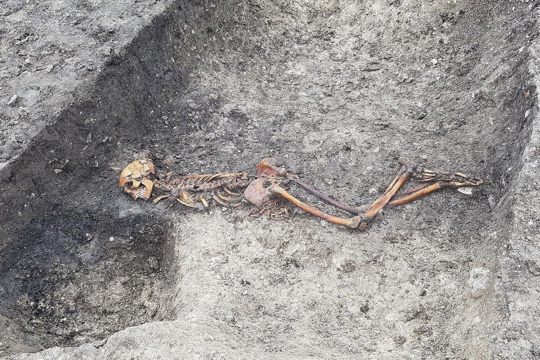 Netoli Londono rasti senoviniai griaučiai – žmogus buvo įmestas į duobę veidu žemyn, su priekyje surištomis rankomis.<br>HS2 nuotr.