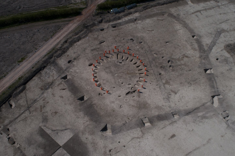 Archeologai rado bronzos amžiaus laidojimo vietą, kur aukštą statusą turėję asmenys buvo laidojami aplink centre esantį apskritą griovį.<br>HS2 nuotr.