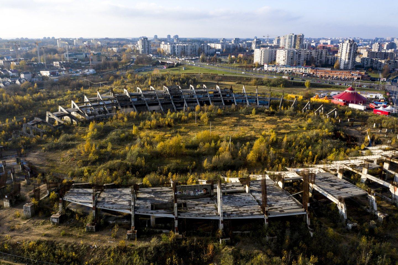 Vietoj dešimtmečius Šeškinės mikrorajone stovinčių griuvėsių planuotas šiuolaikinis stadionas vargu ar iškils, nors Vilniaus miesto savivaldybė teisme dar bando užginčyti VPT paskelbtą ultimatumą.<br>V.Ščiavinsko nuotr.