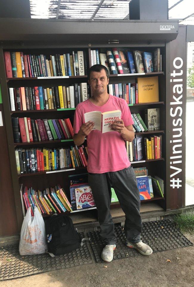 Į skaityklą Lukiškių aikštėje Igoris pasuko, eidamas su savo manta pro šalį.<br>J.Mandrijauskaitės nuotr.