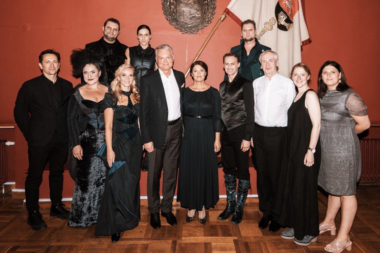 Po spektaklio G.Nausėda su žmona asmeniškai susitiko ir pasveikino spektaklyje pasirodžiusius VCO solistus.<br>G.Jauniškio nuotr.
