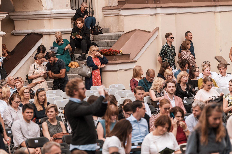 Kas vakarą po 900 žiūrovų sutalpinęs VU Didysis kiemas tris paras alsavo Ch.Gounod operos muzika.<br>G.Jauniškio nuotr.