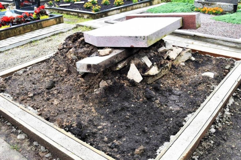 Kai lankėmės Rietavo kapinėse, ši kapvietė atrodė taip: nors paminklas nuverstas ir nuimti borteliai, akivaizdu, kad ji paruošta tvarkyti. Tačiau kitądien kažkas nuniokojo naujai išlietą apvadą.<br>Rūtos Laurinaitienės/Žemaičio laikraščio nuotr.