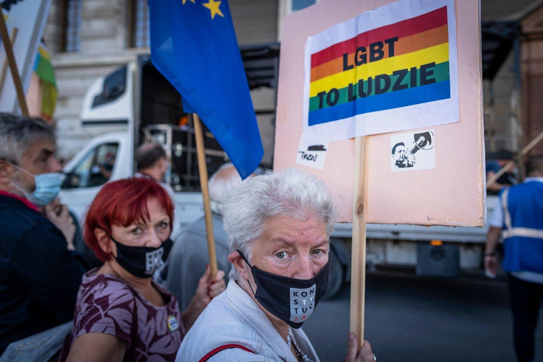 Lenkijoje šiuo metu protestai vyksta ir prieš valdančiųjų planus pasitraukti iš Stambulo konvencijos.<br>AFP/Scanpix nuotr.