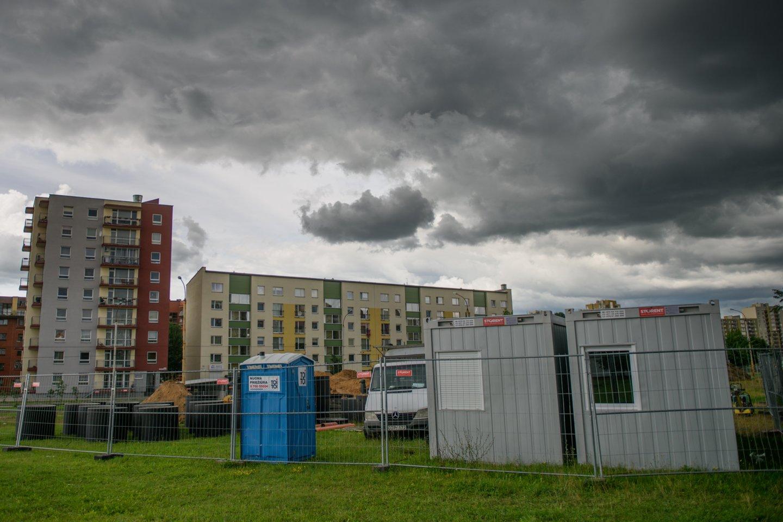 Geras susisiekimas, biurai, mokyklos ir darželiai, daugiau žalių erdvių – tai pagrindiniai, toliau nuo centro esančiuose Vilniaus mikrorajonuose, būsto ieškančių žmonių minimi privalumai, tačiau ir kaina turi savo dedamąją.<br>D.Umbraso nuotr.