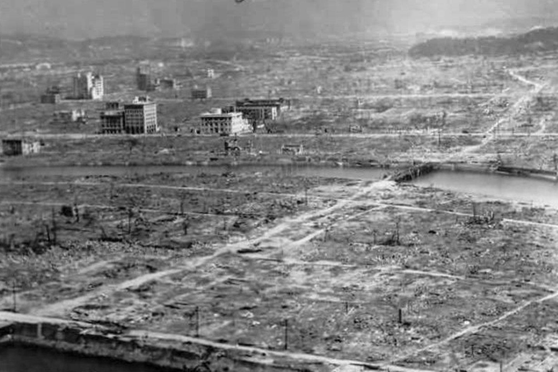 1945 m. 8 val.15 min. JAV bombonešis numetė pirmąją pasaulyje atominę bombą ant Japonijos miesto Hirosimos.<br>wikipedia nuotr.