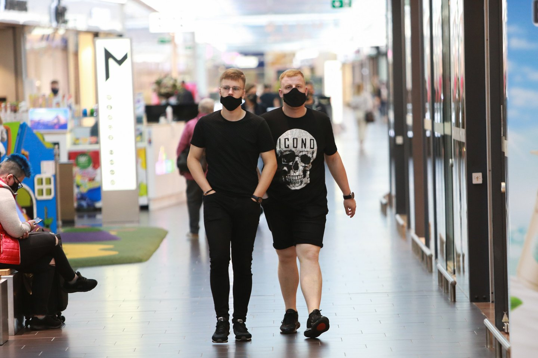 Kauno prekybos centruose žmonės šeštadienį vaikščiojo dėvėdami apsaugines veido kaukes.<br>G.Bitvinsko nuotr.