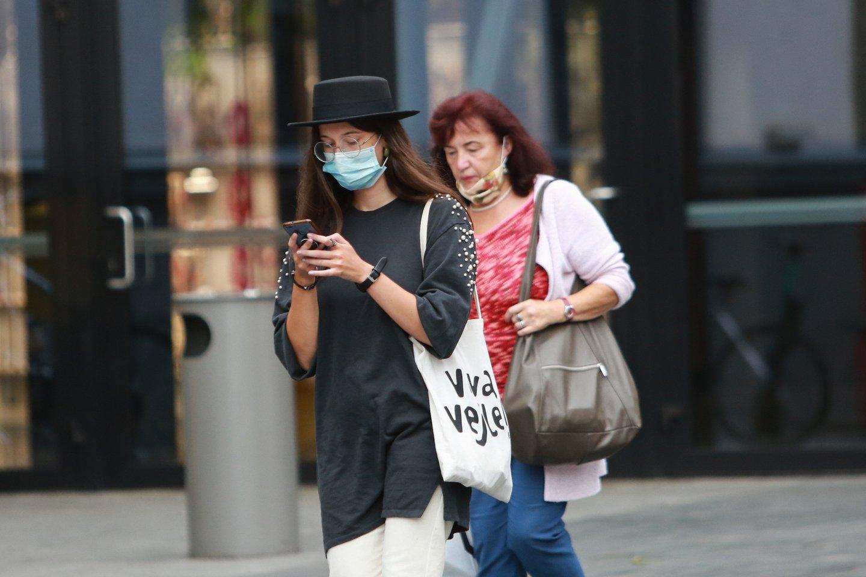 Į Kauno prekybos centrus žmonės šeštadienį ėjo dėvėdami apsaugines veido kaukes.<br>G.Bitvinsko nuotr.