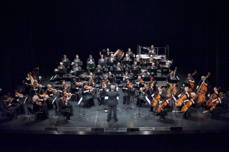 Dirigentas T.Ambrozaitis ir KVMT orkestras.<br>O.Kasabovos nuotr.