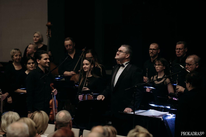 Dirigentas T.Ambrozaitis ir KVMT orkestras.<br>KVMT nuotr.