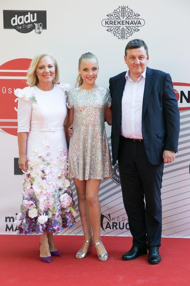 Renata ir Rolandas Valiūnai su dukra Elze Gintvile.<br>T.Bauro ir V.Skaraičio nuotr.