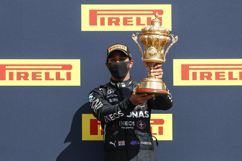 Lewisas Hamiltonas finišavo prakiurusia padanga.<br>Imago/Scanpix nuotr.