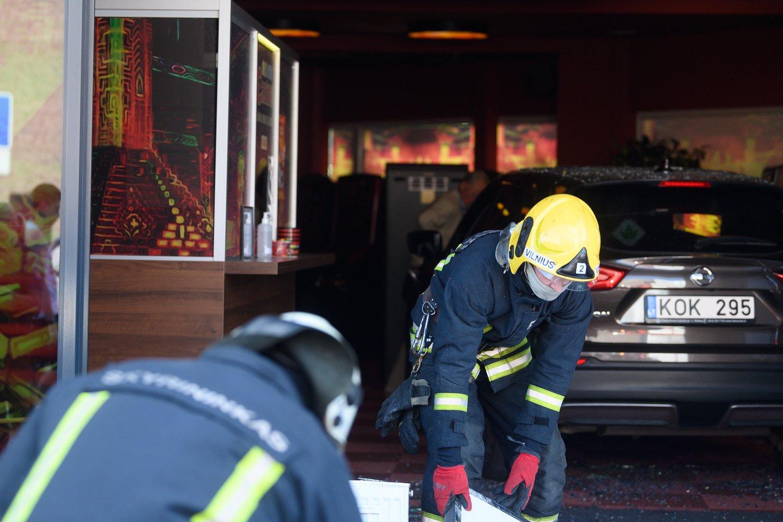Vilniuje pensininkės vairuojamas automobilis apgadino prekybos centro pastatą S.Dariaus ir S.Girėno gatvėje.<br>V.Skaraičio nuotr.